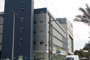 חיפוי אלומיניום למבנה משרדים נירים - השלושה